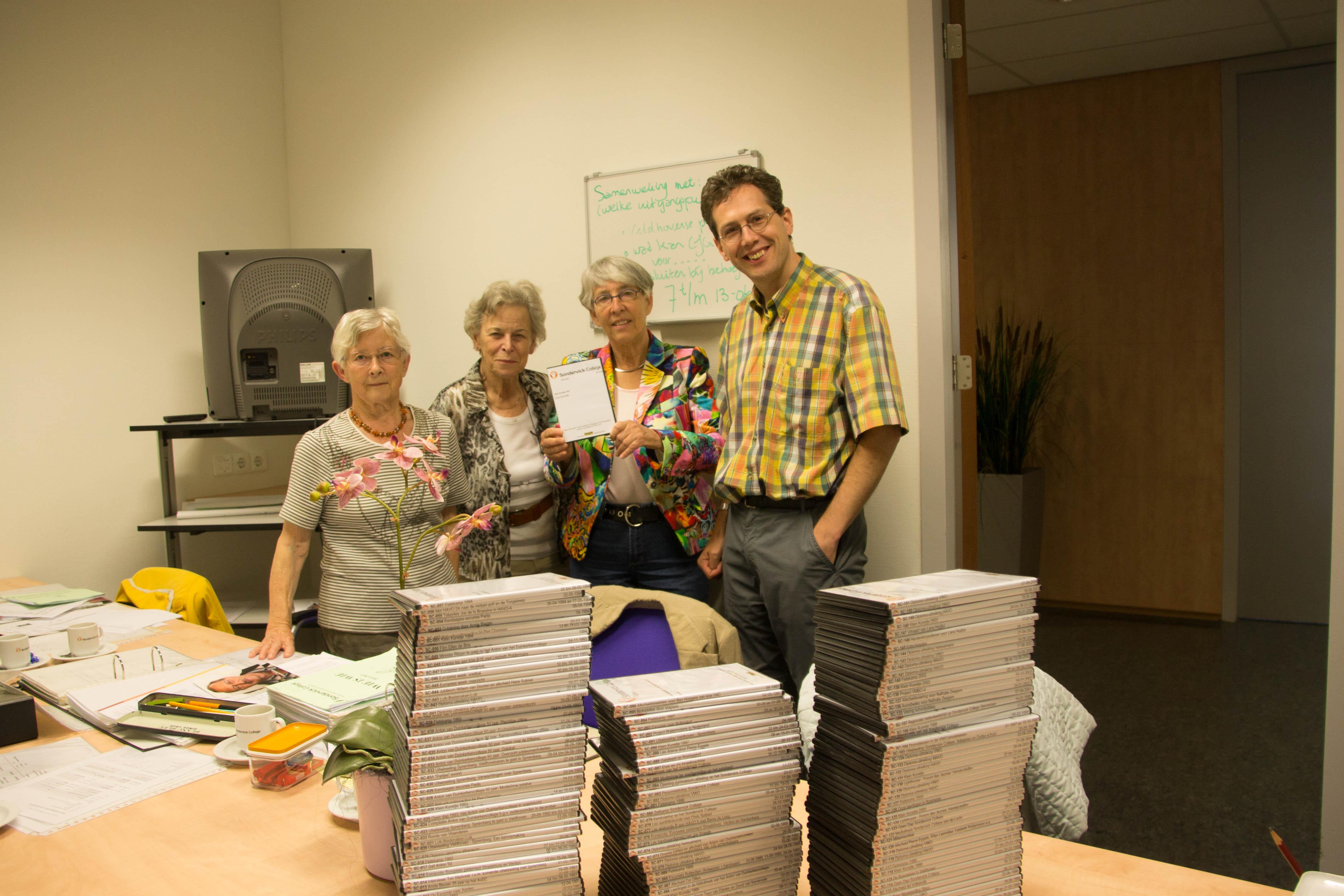 Overhandiging DVD's aan schoolarchief. Van links naar rechts: Rieky Hart, An van der Vleuten, Jacqueline Damen en David van Kemenade.